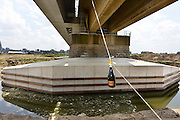 Nederland, Nijmegen, Oosterhout, 16-7-2014Feestelijke doop brugpijlers door Hoofd-ingenieur Directeur Joke Cuperus van Rijkswaterstaat en regiodirecteur Jan Mulder van ProRail. Vanwege de aanleg van de Nevengeul in de rivier de Waal moesten de pijlers van de spoorbrug vestevigd worden. Het gebeuren had wat voeten in aarde omdat de fles champagne pas na enkele keren gooien kapot sloeg..FOTO: FLIP FRANSSEN/ HOLLANDSE HOOGTE
