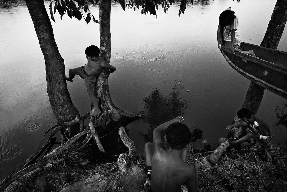 Guyane francaise, Elahe, Haut-Maroni, zone a acces reglemente.<br /> <br /> Dans ce village Wayana, le taux d'impregnation depasse le seuil maximum fixe par l'OMS apres la pollution de Minamata (1). Des examens neurologiques decelent des alterations chez les enfants. <br /> <br /> (1) En 1932, des quantites de mercure ont ete rejetees progressivement dans les eaux de Minamata au Japon. Ce n'est que 23 ans apres que sont apparus les premiers cas de deces et une anormale multiplication de handicaps physiques et de malformations foetales.