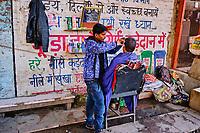 Inde, Delhi, quartier de Paharganj, coiffeur des rues // India, Delhi, New Delhi, Paharganj district, hair dresser