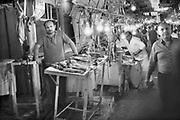 Griekenland, Athene, 26-9-1973Een slager met zijn vlees op de centrale overdekte markt waar vis en vlees verhandeld worden. Hier kan men in grote maar ook kleine hoeveelheden vlees kopen en vis kopen.Central meat and fish market.Foto: Flip Franssen/Hollandse Hoogte