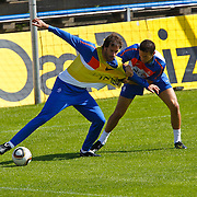 NLD/Katwijk/20100831 - Training Nederlands Elftal kwalificatie EK 2012, Ruud van Nistelrooy in duel met Hkalid Bouhlarouz