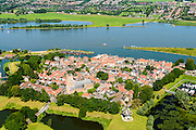 Nederland, Noord-Brabant, Woudrichem, 23-08-2016; Land van Heusden en Altena, Woudrichem, oude vestingstad aan de Merwede. Sint Martinuskerk en vestinggracht met de molen Nooit Gedagt <br /> Woudrichem, old fortress on the river Merwede.<br /> luchtfoto (toeslag op standard tarieven);<br /> aerial photo (additional fee required);<br /> copyright foto/photo Siebe Swart