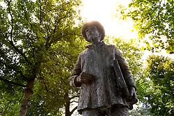 THEMENBILD - Vincent Willem van Gogh war ein niederländischer Post-Impressionistischer Maler, welcher zu den bekanntesten und einflussreichsten Personen in der westlichen Kunst gehört. im Bild eine Statue von ihm, Aufgenommen am 26. Juli 2016 in Nuenen // Vincent Willem van Gogh was a Dutch Post-Impressionist painter who is among the most famous and influential figures in the history of Western art. This picture shows a figure of him. Nuenen, Netherlands on 2016/07/26. EXPA Pictures © 2016, PhotoCredit: EXPA/ Sebastian Pucher