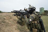 """03 APR 2012, LEHNIN/GERMANY:<br /> Kampfschwimmer der Bundeswehr trainieren """"an Land"""" infanteristische Kampf, hier Haeuserkampf- und Geiselbefreiungsszenarien auf einem Truppenuebungsplatz<br /> IMAGE: 20120403-01-101<br /> KEYWORDS: Marine, Bundesmarine, Soldat, Soldaten, Armee, Streitkraefte, Spezialkraefte, Spezialkräfte, Kommandoeinsatz, Übung, Uebung, Training, Spezialisierten Einsatzkraeften Marine, Waffentaucher"""