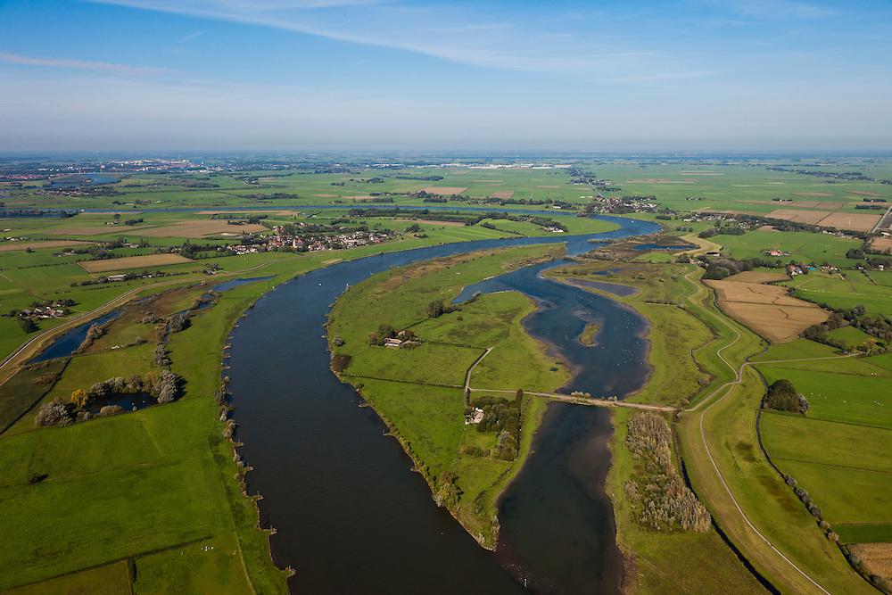 Nederland, Overijssel, Zwolle, 03-10-2010; Hoogwatergeul en nieuwe natuur, IJssel ter hoogte van Westenholte. De boerderijen zijn bereikbaar via een dam (voorzien van duikers voor het water). Foto stroomafwaarts, richting Kampen. Om meer Ruimte voor de Rivier te creëren zal de dijk verlegd worden..Flood channel and new nature, river IJssel near Westenholte. The farms are serviced by a dam (with culverts in the water). Photo looking downstream, direction Kampen..luchtfoto (toeslag), aerial photo (additional fee required).foto/photo Siebe Swart