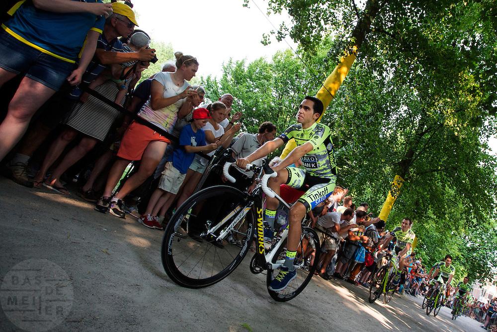 Tourfavoriet Alberto Contador passeert met zijn Tinkoff Saxo Bank ploeg de wielerliefhebbers. In Utrecht vindt met de presentatie van de renners het eerste officiële deel plaats van de Grand Depart. Op 4 juli start de Tour de France in Utrecht met een tijdrit. De dag daarna vertrekken de wielrenners vanuit de Domstad richting Zeeland. Het is voor het eerst dat de Tour in Utrecht start.<br /> <br /> Tour favorite Alberto Contador passes with his Tinkoff Saxo Bank team the fans. In Utrecht the riders present themselves as the first official moment of the Grand Depart . On July 4 the Tour de France starts in Utrecht with a time trial. The next day the riders depart from the cathedral city direction Zealand. It is the first time that the Tour starts in Utrecht.
