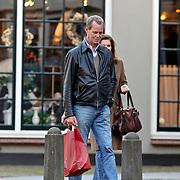 NLD/Laren/20081108 - Tony Berk en partner winkelend in Laren