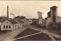 "Pogled na visoke gradnje = Hochbauten am Fabrikshofe. <br /> <br /> ImpresumZagreb : C. Albrecht, [poslije 1911].<br /> Materijalni opis1 razglednica : tisak ; 9,2 x 14,6 cm.<br /> NakladnikTiskara Carla Albrechta (Zagreb)<br /> Mjesto izdavanjaZagreb<br /> Vrstavizualna građa • razglednice<br /> ZbirkaGrafička zbirka NSK • Zbirka razglednica<br /> Formatimage/jpeg<br /> PredmetZagreb –– Radnička cesta<br /> SignaturaRZG-RAD-2<br /> Obuhvat(vremenski)20. stoljeće<br /> NapomenaRazglednica nije putovala. • Prema Dragutin (Carl) Albrecht (litograf i tiskar). Nakon njegove smrti poduzeće vode sin Dragutin i tiskar Dragutin Hauptfeld. Od 1896 do 1905. Josip Wittasek (""Tiskara i litografija C. Albrecht""). Od. 1905 do 1906. Mile Maravić i Mirko Dečak (""C. Albrecht""). Od 1906. do 1910. Stjepan Platzer, a od 1920. Dragutin Šrepel. Godine 1929. tiskaru kupuje Petar Acinger (""C. Albrecht"", sve do 1947. • Razglednica prikazuje novu Gradsku plinaru u današnjoj Radničkoj ulici (do 1928. godine Kanal XII), koja je službeno puštena u pogon 1911. godine. • Radnička cesta imenovana je po radničkim naseljima koja su se formirala između ceste i pruge.<br /> PravaJavno dobro<br /> Identifikatori000954584<br /> NBN.HRNBN: urn:nbn:hr:238:831167 <br /> <br /> Izvor: Digitalne zbirke Nacionalne i sveučilišne knjižnice u Zagrebu"