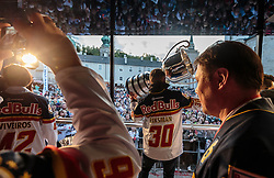 15.04.2016, Kapitelplatz, Salzburg, AUT, EBEL, Meisterfeier EC Red Bull Salzburg, während der Meisterfeier des Eishockey-Clubs EC Red Bull Salzburg am Freitag 15. April 2016, in Salzburg, im Bild Juuso Riksman (EC Red Bull Salzburg) präsentiert den Fans den EBEL Meisterpokal // X during the Erste Bank Icehockey Liga Championships Party of EC Red Bull Salzburg at the Kapitelplatz in Salzburg, Austria on 2016/04/15. EXPA Pictures © 2016, PhotoCredit: EXPA/ JFK