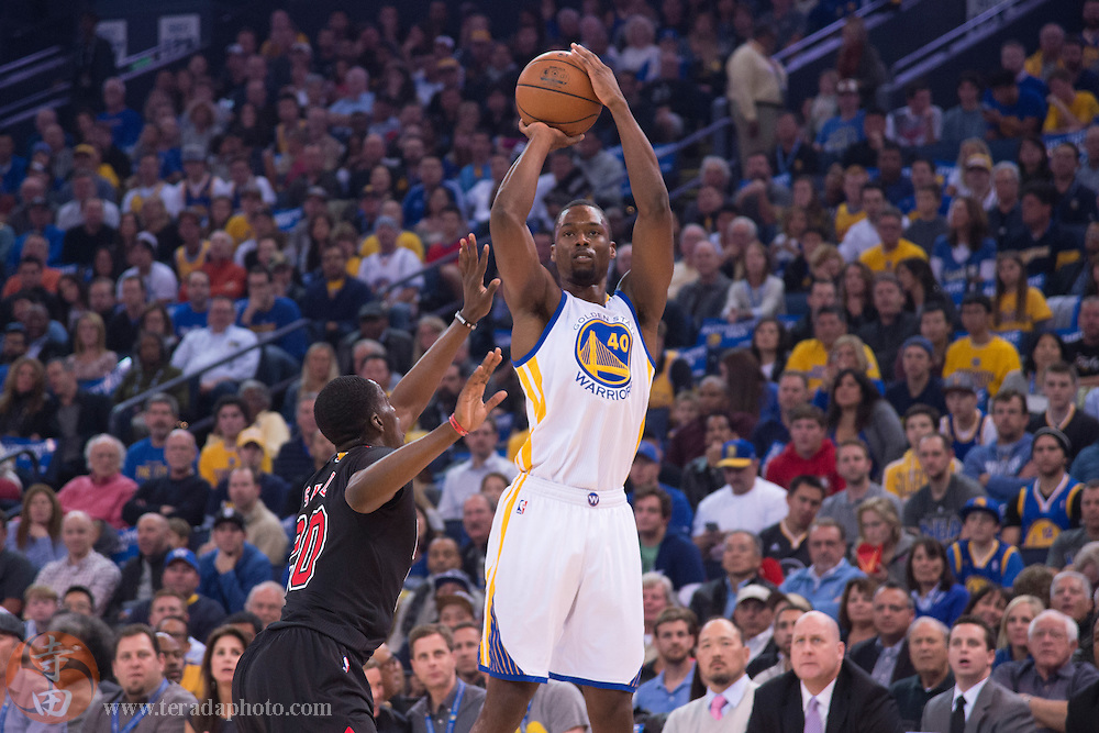 November 20, 2015; Oakland, CA, USA; Golden State Warriors forward Harrison Barnes (40) shoots the basketball against Chicago Bulls forward Tony Snell (20) during the first quarter at Oracle Arena. The Warriors defeated the Bulls 106-94.