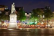 Avondopname van Het Plein in het centrum van Den Haag - Het Plein at night in the center of The Hague, The Netherlands