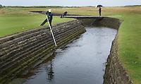 CARNOUSTIE Schotland - Vissen met ballenvanger door caddie in Rivier The Barry Burn voor de green van hole 18.  Carnoustie Golf Links. COPYRIGHT KOEN SUYK