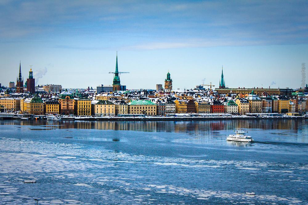 Isflak och Djurgårdsfärjan i Stockholms ström i Stockholm