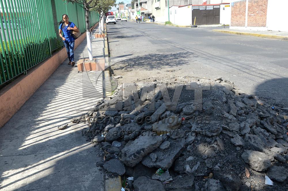 Toluca, México (Octubre 24, 2016).- Después de realizarse los trabajos de bacheo en la calle Alfredo Zarate Albarrán de la colonia Valle Verde dejaron olvidados montones de asfalto.  Agencia MVT / José Hernández