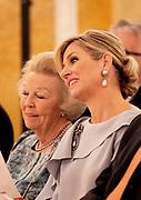 Koningin reikt Appeltjes van Oranje uit op Paleis Noordeinde. De prijzen worden dit jaar toegekend aan drie initiatieven van jonge en sociale ondernemers. <br /> <br /> Koningin reikt Appeltjes van Oranje uit op Paleis Noordeinde. De prijzen worden dit jaar toegekend aan drie initiatieven van jonge en sociale ondernemers. <br /> <br /> Op de foto:  Koningin Maxima en prinses Beatrix / Queen Maxima and princess Beatrix