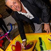 NLD/Amsterdam//20170410 - Free a Girl Celebrity Night, Gordon signeert bakfiets