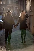 Ein Paar in einer Seitenstrasse der Parizska.