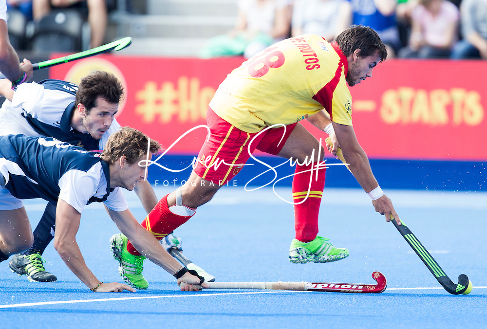 LONDON -  Unibet Eurohockey Championships 2015 in  London. Spain v France .  Alejandro de Frutos Gomes from Spain passes French defenders.  WSP Copyright  KOEN SUYK