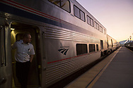 Solen har just gått upp över horisonten i Montana. Amtrak gör ett snabbt stopp.<br /> <br /> Foto: Christina Sjögren