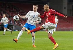 Birkir Sævarsson (Island) og Martin Braithwaite (Danmark) under kampen i Nations League mellem Danmark og Island den 15. november 2020 i Parken, København (Foto: Claus Birch).