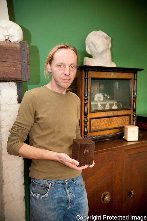 371848-Reinout Vanvinckenroye maakt handgemaakte muziekdoosjes-Florent Van Cauwenbergstraat 35 Lier