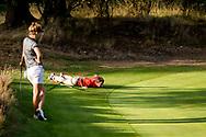 01-09-2016 Golffoto's van het Nationaal Open op de Hilversumsche Golf Club in Hilversum. Finale.  Anne van Dam bekijkt de oplijning van Niels Kraaij, coach van Roos Haarman