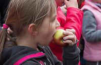 MEERSSEN - Gezonde sportkantine / clubhuis bij Hockey Vereniging Meerssen in Limburg . Vers Fruit, gesponserd door de plaatselijke groetenwinkel,  jus d'orange en rijstwafels als snoep. FOTO KOEN SUYK