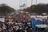 07 NOV 2002, BERLIN/GERMANY:<br /> Sarg Bauwirtschaft wird symbolisch zu Grabe gehoben, Demonstration gegen die Kuerzung der Eigenheimzulage, Kundgebung vor dem Brandenburger Tor<br /> IMAGE: 20021107-01-117<br /> KEYWORDS: Demo, Bau, Baugewerbe, Kürzung, Demostrant, demonstrator, Subventionen