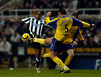 Fotball<br /> England 2004/22005<br /> Foto: SBI/Digitalsport<br /> NORWAY ONLY<br /> <br /> Newcastle United v Southampton<br /> Barclays Premiership, 15/01/2005.<br /> <br /> Southampton's Claus Lundekvam (R) tries to stop Newcastle's Patrick Kluivert