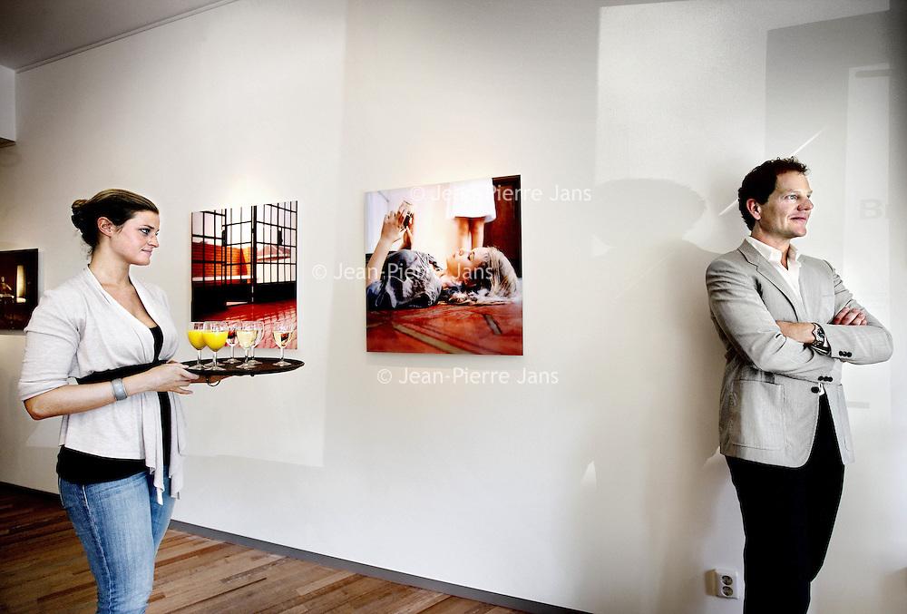 Nederland, Amsterdam , 6 augustus 2010..eigenaar Rutger Brandt tijdens de opening van de fototentoonstelling Group Dynamics in Galerie Brandt met fotografie van Mireille Loup, Sander Meisner en Ole Marius Jorgensen. Op de achtergrond werk van Mireille Loup.Foto:Jean-Pierre Jans