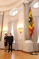 07 JAN 2004, BERLIN/GERMANY:<br /> Johannes Rau (R), Bundespraesident, und seine Frau Christina Rau (L), waehrend dem Neujahrsempfang des Bundespraaesidenten, Schloss Bellevue<br /> IMAGE: 20040107-01-008<br /> KEYWORDS: Empfang, Neujahr, Bundespräsident, Gattin, Praesidentengattin, Präsidentengattin, Flagge, Fahne, Bundesadler, Defilee