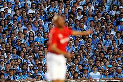 Torcida gremista observa jogada colorada no GRENAL válido pela 31ª rodada do Campeonato Brasileiro, no Estádio Olímpico, em Porto Alegre. FOTO: Jefferson Bernardes/Preview.com