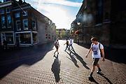 Voetgangers lopen door het centrum van Delft.<br /> <br /> Pedestrians in the city center of Delft.