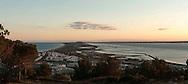 Francia, Sète: Tramonto sul lido che separa la laguna di than dal mare . Vista dal monte Saint Claire.                 France, Sete: Sunset on the beach. The lido separates the lagoon from the sea. View from Mount Saint Claire.