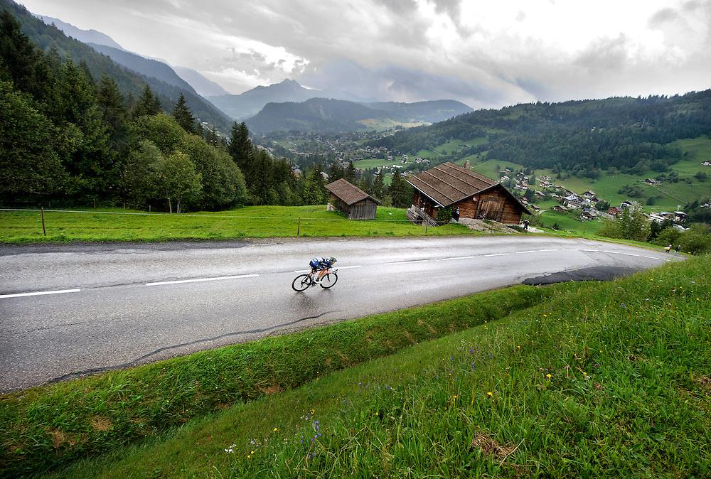 Frankrijk, Col de la Croix Fry, 19-07-2013.<br /> Wielrennen, Tour de France.<br /> Etappe: Bourg-d'Oisans naar Le Grand Bornand, 205,5 km.<br /> Rui Alberto Costa van de Movistar ploeg, de winnaar van vandaag, in de stromende regen en onweer in de afdaling van de Col de la Croix Fry op 12 km voor de finish.<br /> Foto: Klaas Jan van der Weij