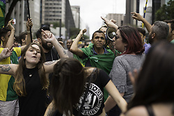 November 18, 2018 - SãO Paulo, Brazil - SÃO PAULO, SP - 18.11.2018: MANIFESTAÇÃO NA PAULISTA - Groups bang on Paulista Avenue this afternoon (18). Protest that began with group in support of Lava Jato, ended in confusion with left groups. (Credit Image: © Bruno Rocha/Fotoarena via ZUMA Press)