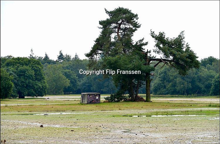 Nederland, Nijmegen, 15-9-2015Asielzoekers, vluchtelingen, worden tijdelijk gehuisvest in een tentenkamp op Heumensoord.In 1998, werd er ook een noodkamp gevestigd. Destijds werd op Heumensoord onderdak geregeld voor een kleine 1.000 asielzoekers.Voor de Vierdaagseweek wordt er altijd een kamp voor de huisvesting van zo'n 6.000 militairen neergezet.FOTO: FLIP FRANSSEN/ HH