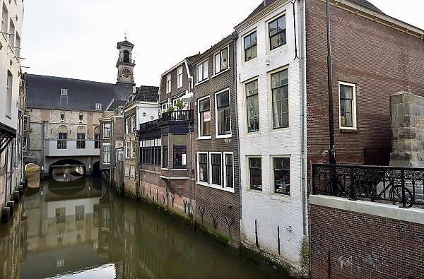 Nederland, Dordrecht, 25-5-2014De oude binnenstad zicht vanaf de Visbrug richting historisch stadhuis.Foto: Flip Franssen/Hollandse Hoogte