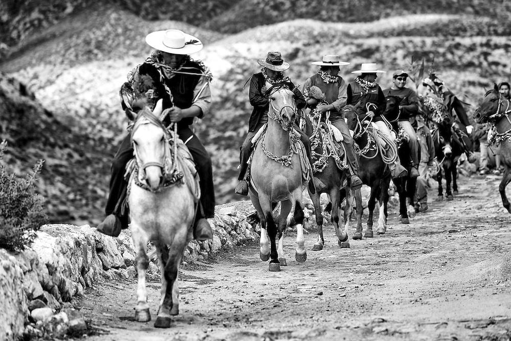 Los jinetes que competirán por tan preciado trofeo, vienen de distintos poblados del territorio andino chileno a mantener viva esta tradición