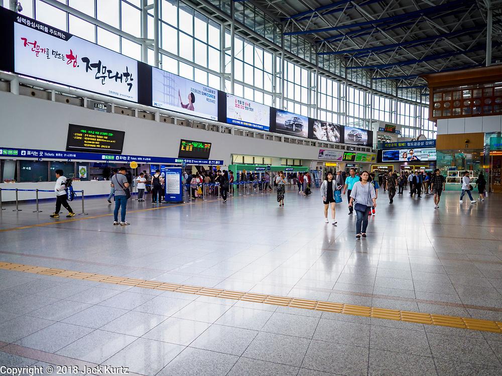 SEOUL, SOUTH KOREA: The main concourse in Seoul Station, the largest train station in South Korea.       PHOTO BY JACK KURTZ