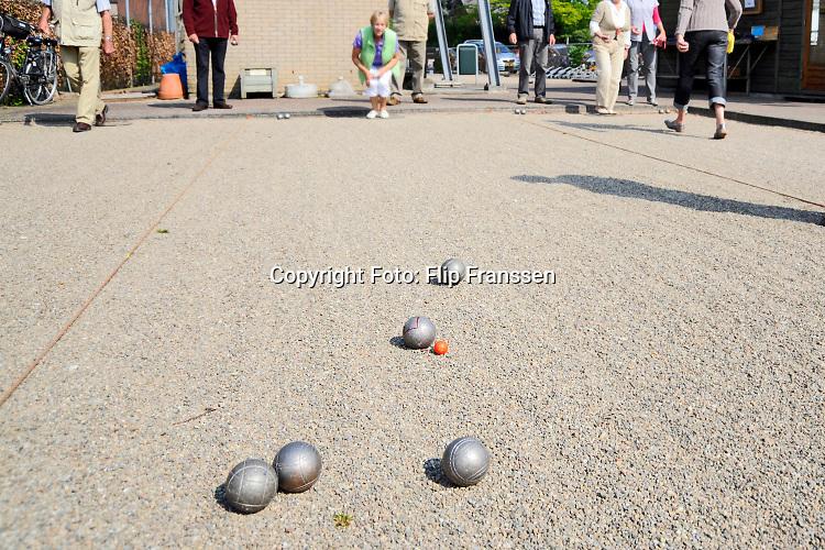 Nederland, Angeren, 19-4-2009 Ouderen spelen Jeu de Boules als onderdeel van de nationale sportweek.Foto: ANP/ Hollandse Hoogte/ Flip Franssen