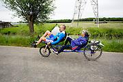 Een stel rijdt op een ligfietstandem. Bij Utrecht wordt de tandemtocht gehouden. De tocht werd van 1975 tot 1982 jaarlijks gehouden en was in die tijd een groots succes. Organisator Herbert Kuner, een expert in oude fietsen, wil het nu nieuw leven inblazen. In totaal rijden dit jaar vijftien tandems mee. Tijdens de route van 40km rondom Utrecht hoeven de fietsers slechts zes verkeerslichten te passeren.<br /> <br /> In Utrecht, the tandem tour is held. The tour was held annually from 1975 to 1982 and at that time was a grand success. Organizer Herbert Kuner, an expert in old bikes, wants to restart the tradition. In total this season, with fifteen tandems. During the route of 40km around and Utrecht cyclists passing only six traffic lights.