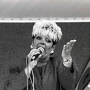 NLD/Huizen/19920703 - Renee de Haan zangeres tijdens opname Holand FM in Huizen
