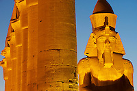Afrique du Nord, Egypte, Louxor, Temple de Louxor, Patrimoine mondial de l'UNESCO, Vallée du Nil, rive gauche du Nil, Cour de Ramses II, les statues colossales de Ramses II // Africa, Egypt, Louxor, Temple of Luxor, World Heritage of the UNESCO, east bank of the river Nile, Great Crout of Ramesses II, Colossal statues of Ramesses II