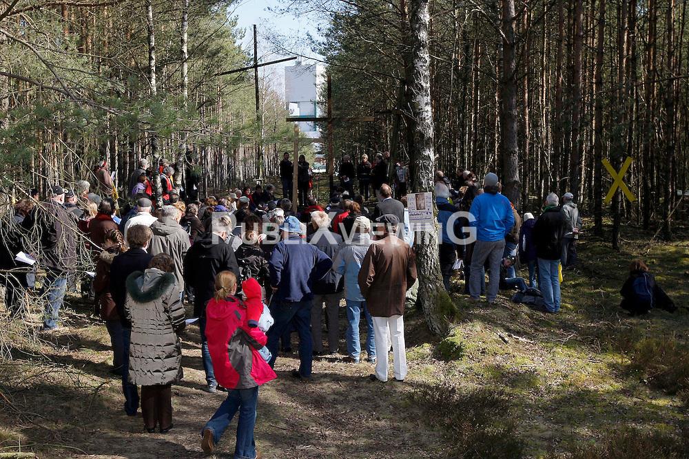 Die dritte Etappe des ökumenischen Kreuzwegs für den Frieden begann mit einer Andacht im Wald bei Gorleben, in Sichtweite des Geländes des geplanten Atommüllendlagers. Es folgte ein Fußweg zur Kirche im drei Kilometer entfernten Trebel.