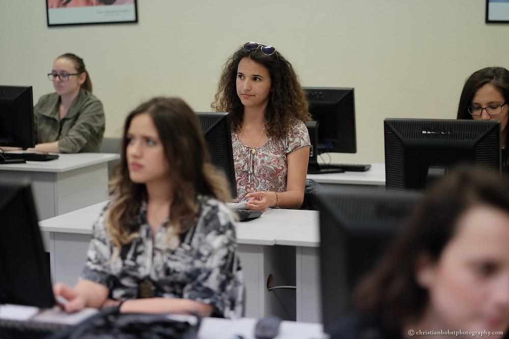 "Zanfina Gashi (mitte) besucht das ""female in IT"" Training (FIT) an der American University of Kosovo (AUK), Project EYE , SDC"