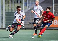 AMSTELVEEN -  Nicolas Poncelet (Amsterdam) met Manu Prol Perez (Tilburg)  tijdens de hockey hoofdklasse competitiewedstrijd  heren, Amsterdam-HC Tilburg (3-0).  COPYRIGHT KOEN SUYK