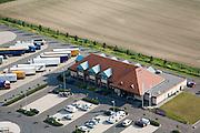 Nederland, Noord-Brabant, Zevenbergschen Hoek, 04-07-2006;  hoteen wegrestaurant De Gouden Leeuw, gelegen vlakbij autosnelwegen A59 en A16; met speciaaparkeerterrein voor vrachtauto's; trailers, opleggers, transport en logistiek, rusttijden, tachograaf, wegverkeer, mobiliteit, rij- en rusttijden, wegverkeer, infrastructuur, verkeer en vervoer, mobiliteit, horeca (zie ook variant foto); luchtfoto (toeslag); aerial photo (additional fee required); .foto Siebe Swart / photo Siebe Swart