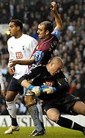 Photo: Ed Godden.<br /> Tottenham Hotspur v Aston Villa. The Barclays Premiership. 26/12/2006. Spurs Keeper Paul Robinson clashes with Villa's Gavin McCann.