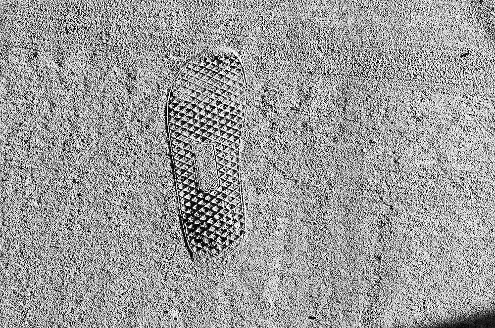 USA,Vereinigte Staaten von Amerika, Florida, Tallahasse. Ein Fußabdruck eines Schuhprofils bildet sich im Beton eines Weges ab     USA ,United States,United States of America, Florida,Tallahassee a foot print of a sole of a shoe fixed in the concrete of a side walk, pavement    